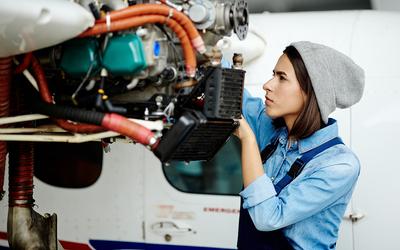 Женщинам в России разрешили работать авиамеханиками и обслуживать самолеты